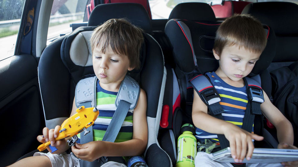 Viajar fuera de España: ¿dónde es obligatoria la silla del niño para el coche?