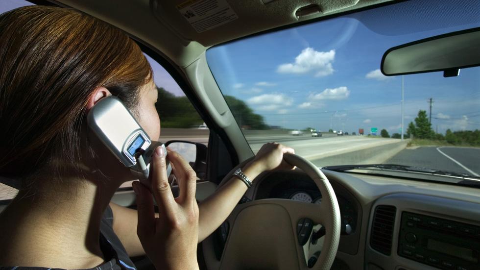 Nace el primer radar que detecta el uso del móvil al volante