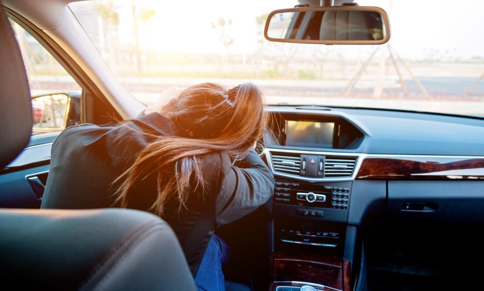 ¿Se puede dormir en el coche? ¿Es legal o te pueden multar?