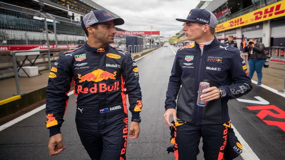 Daniel Ricciardo huye de Max Verstappen