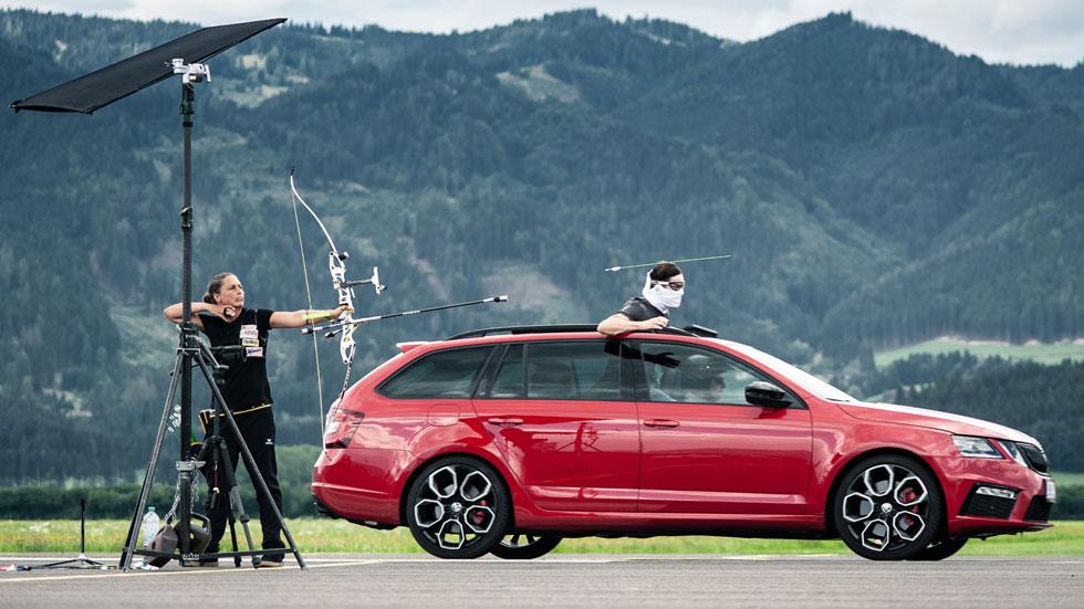 Cómo coger una flecha en el aire a bordo de un coche en movimiento (vídeo)