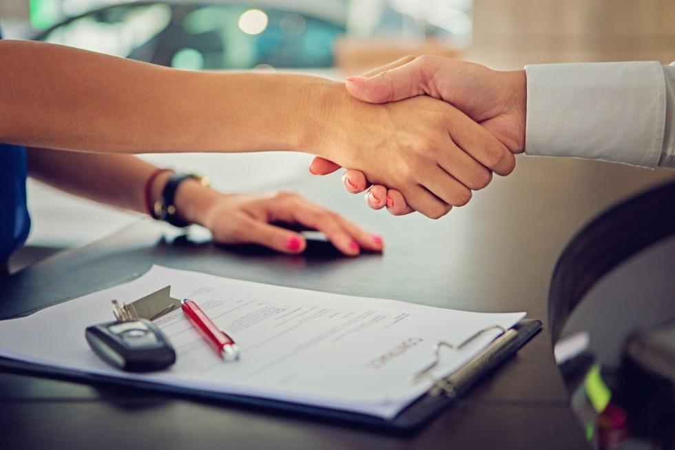 ¿Cuánto cuesta un seguro de coche eléctrico respecto a uno convencional?