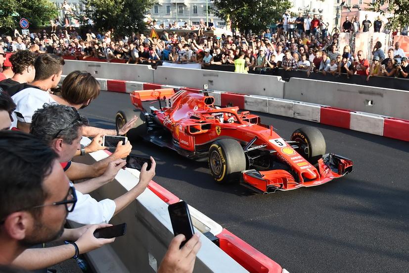 GP de Italia: Sebastian Vettel sufre un accidente durante una exhibición en Milán