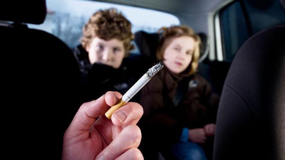 Cataluña quiere prohibir ya fumar en los coches