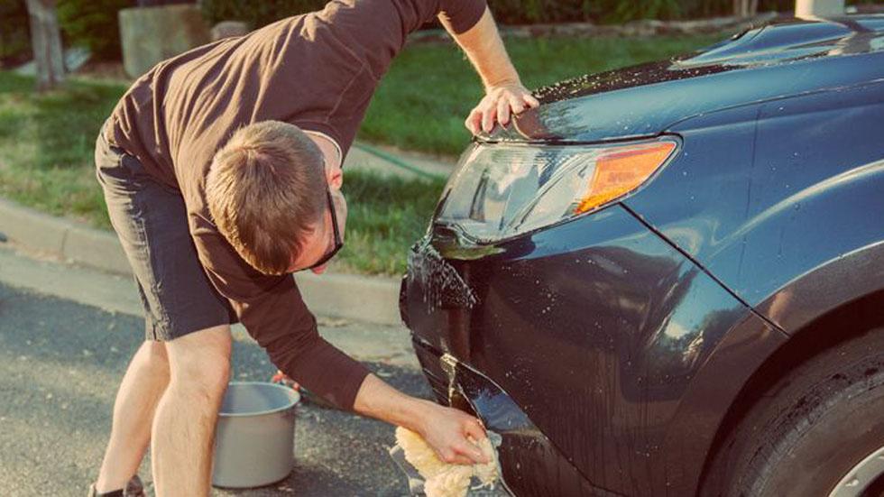 Multas de hasta 3.000 euros por lavar o limpiar tu coche en la calle