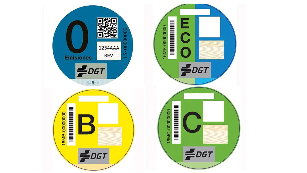 Nuevas etiquetas de la DGT: ya a la venta en las oficinas de Correos