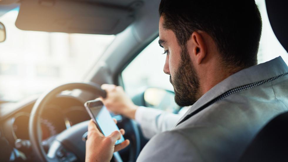 La DGT quiere quitar más puntos del carné por usar el móvil y el WhatsApp