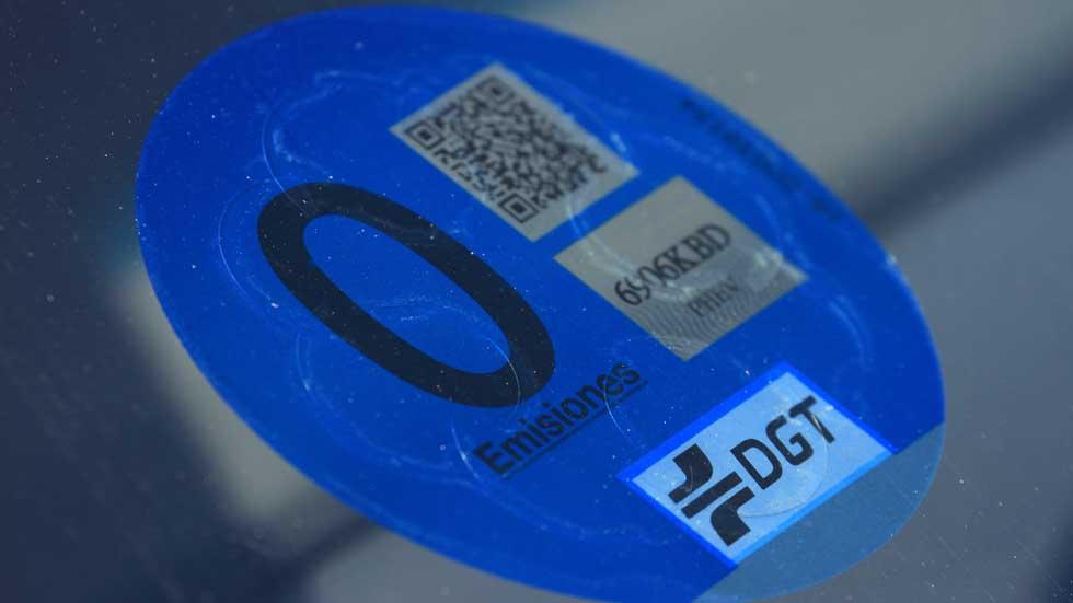 Las etiquetas de la DGT que pronto vas a necesitar, agotadas. ¿Y ahora?