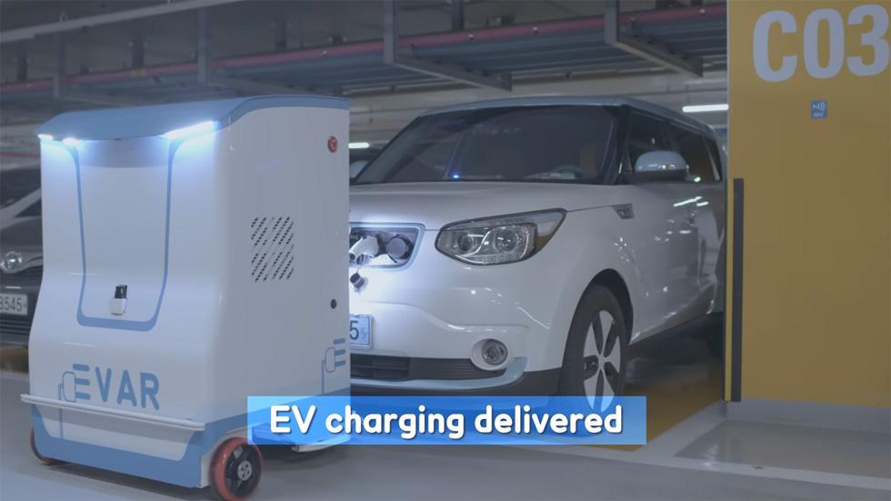 El robot de Samsung que recarga los coches eléctricos aparcados (vídeos)