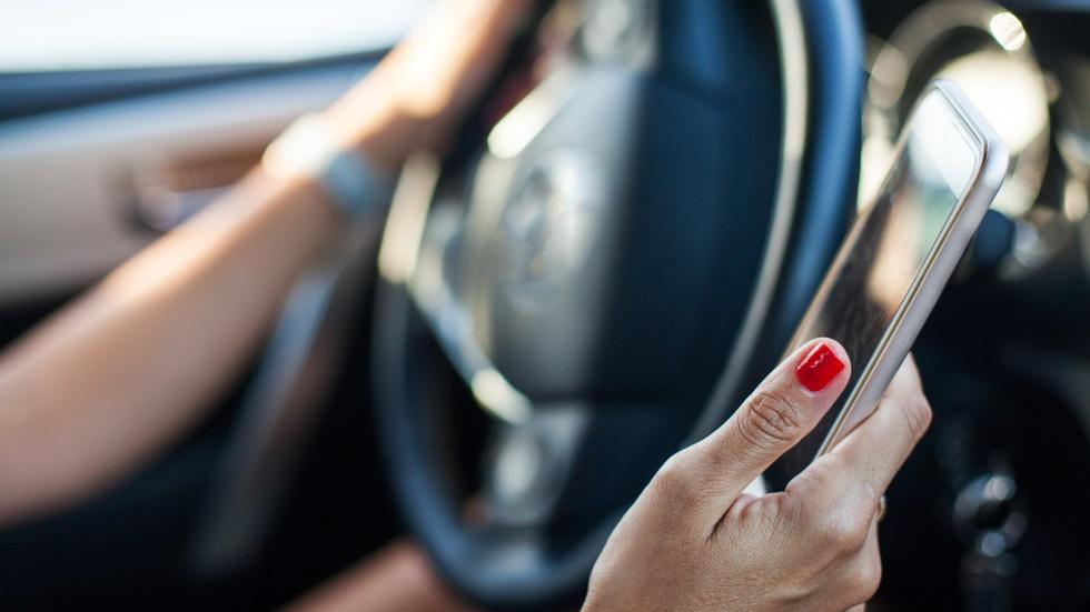 Usar el móvil y el WhatsApp al volante se penará como conducir borracho o drogado