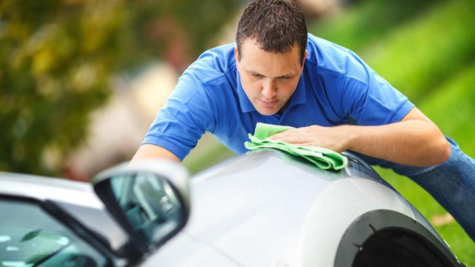 Tener el coche limpio ayuda a sentirse bien: trucos para que luzca como nuevo
