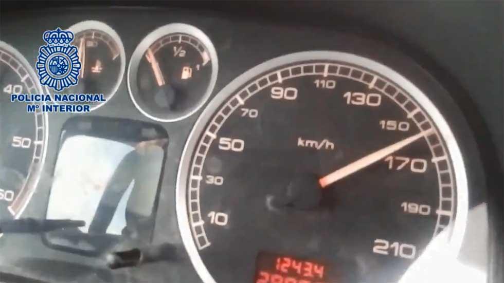 Detenido un padre por grabar y animar a un menor a conducir a 160 km/h (Vídeo)