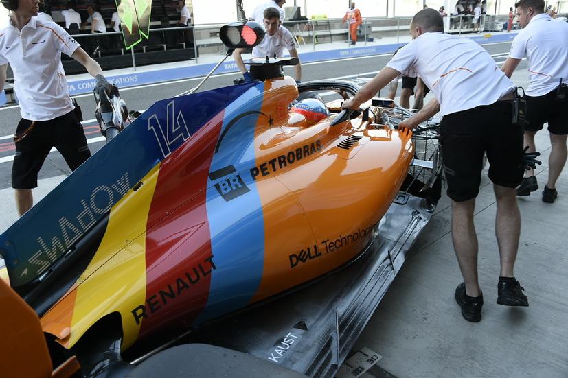 GP de Abu Dabi: Alonso sale de boxes con su nueva decoración en el McLaren