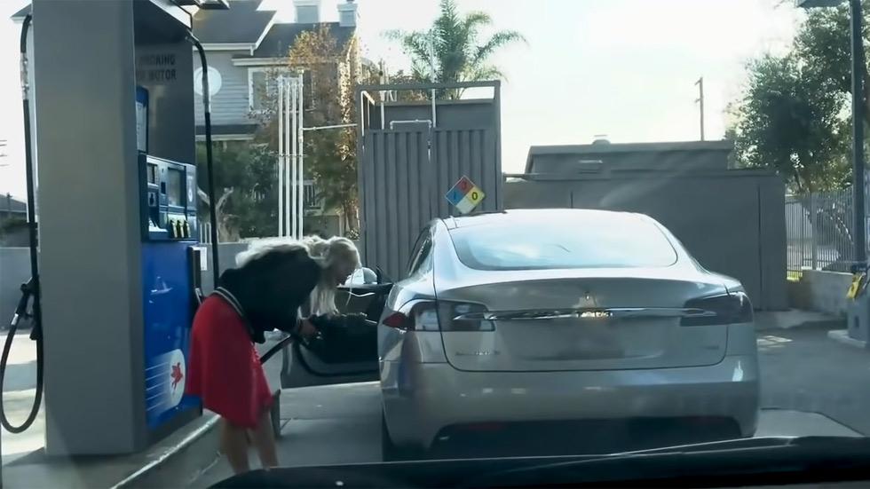 Intenta repostar gasolina en un coche eléctrico (vídeo)