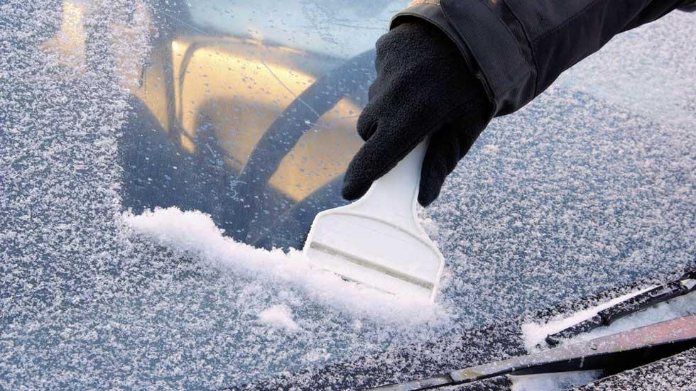 Cómo quitar el hielo del parabrisas del coche: trucos y consejos