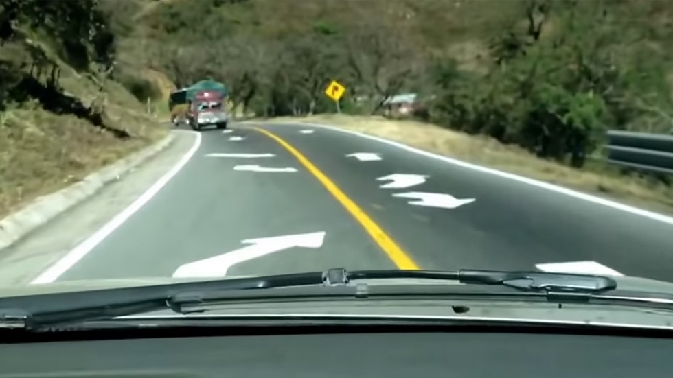 Así es la carretera que te obliga a circular por el carril contrario (VÍDEO)