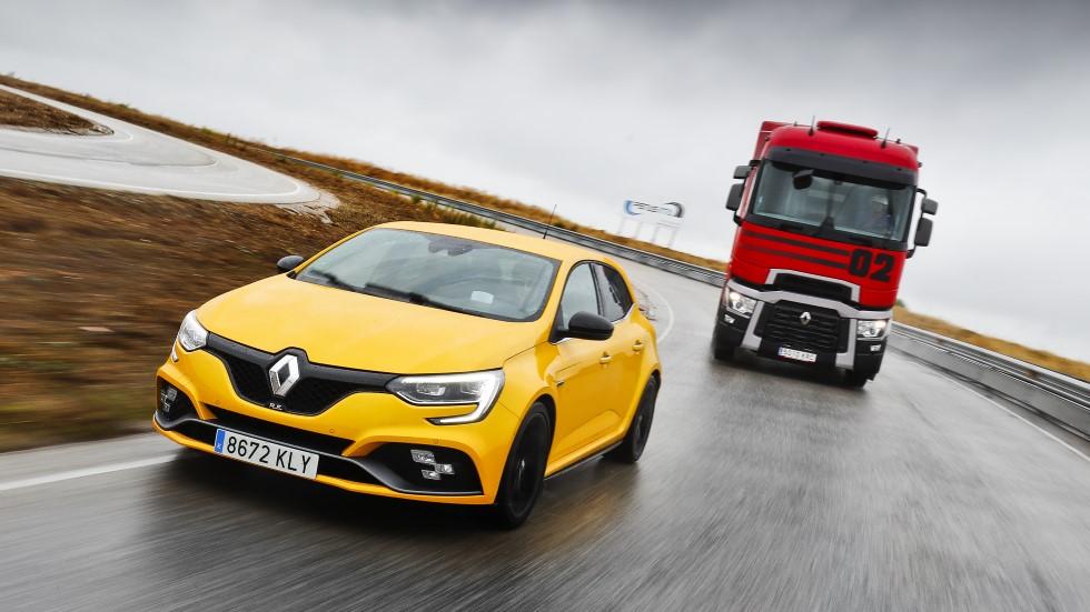 Renault Mégane RS Cup vs Renault Trucks T520: compacto vs camión deportivo