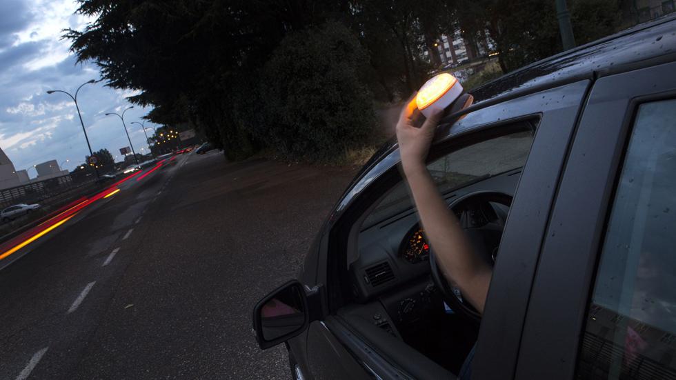 Una luz amarilla: lo último que la DGT podría exigir en los coches