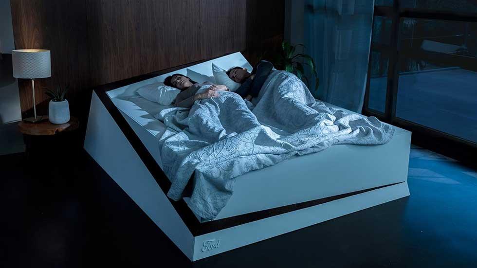 """¡Qué invento! La cama de Ford que devuelve a tu pareja """"a su carril"""", en VÍDEO"""