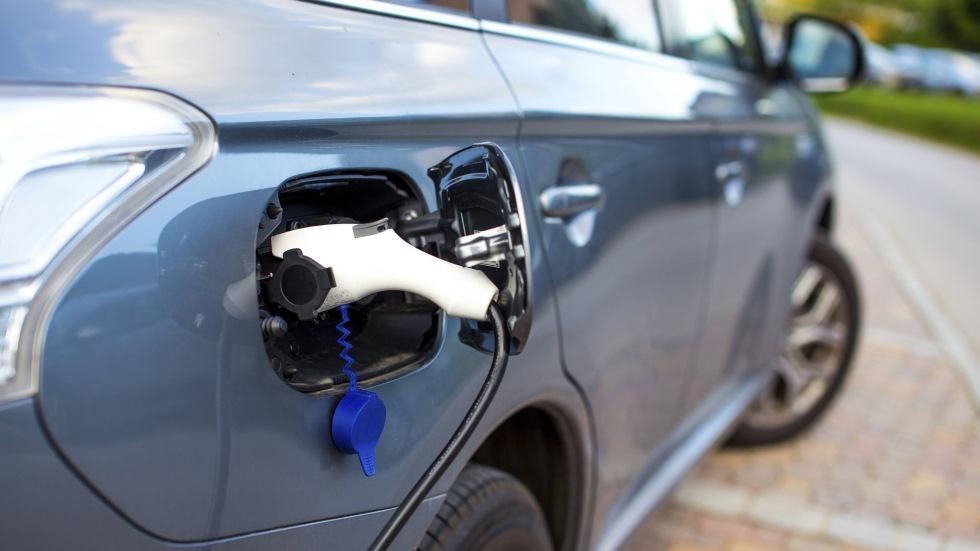 El Gobierno aprueba por decreto ayudas de 6.000 € para comprar coches eléctricos