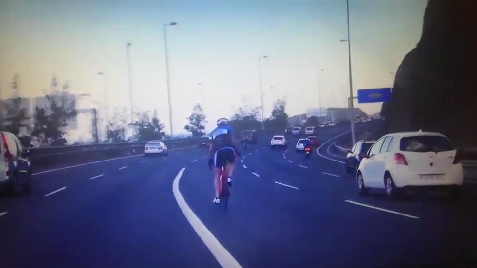 Graban en España a ciclistas por medio de una autovía… ¡de 5 carriles! (VÍDEO)