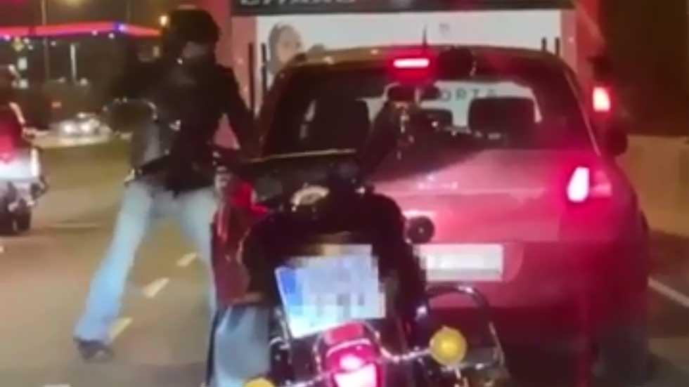 Agredido en mitad de la carretera por un motorista, la policía lo analiza (Vídeo)