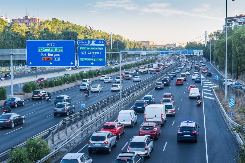 Señales de tráfico que se transforman a distancia en radares: ¿lo último para multar?