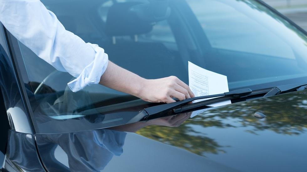 Retiraban multas de tráfico a conocidos y amigos con datos de otra persona