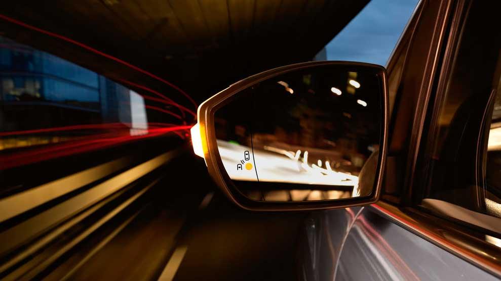 Vuelve el timo del retrovisor: así te intentan estafar 2.000 € con tu coche