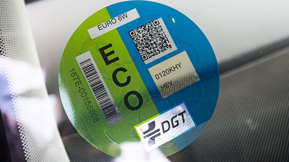 Cuándo serán ya obligatorias las etiquetas de la DGT, y dónde comprarlas