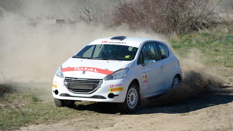Al volante del Peugeot 208 R2: un coche de rally superventas (VÍDEO)