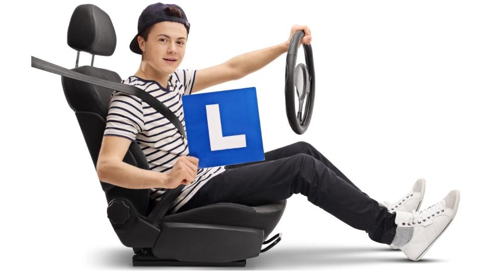 Lo que los jóvenes pagan de más por el seguro del coche, y consejos para abaratarlos