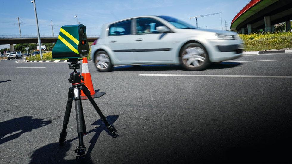 El bulo de los coches camuflados de la Policía que multan a más de 30 km/h en ciudad