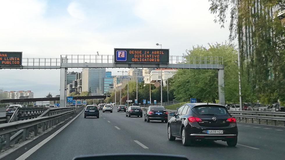 Las etiquetas de la DGT, obligatorias desde mañana: a qué coches afecta, dónde comprarlas, las multas…