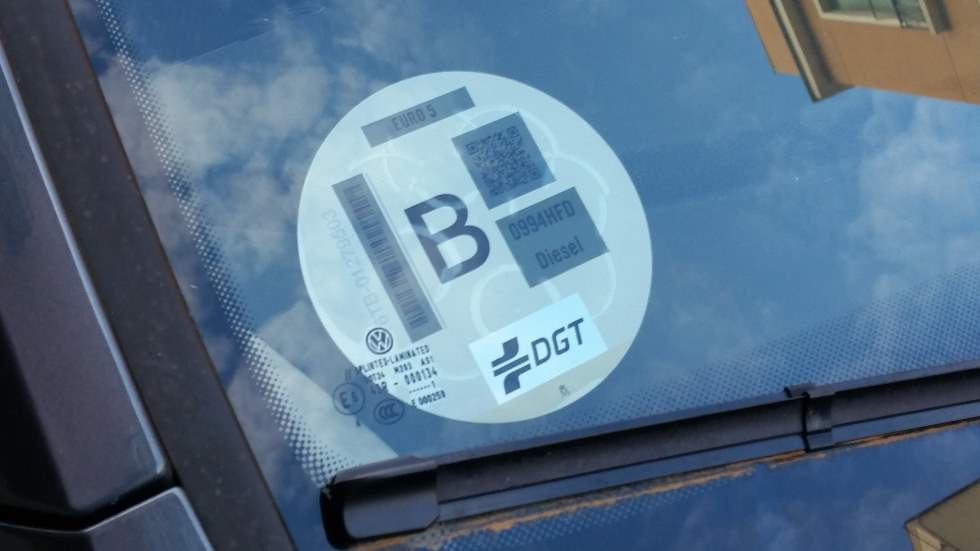 La multa que te pondrán desde hoy si tu coche no tiene la etiqueta de la DGT