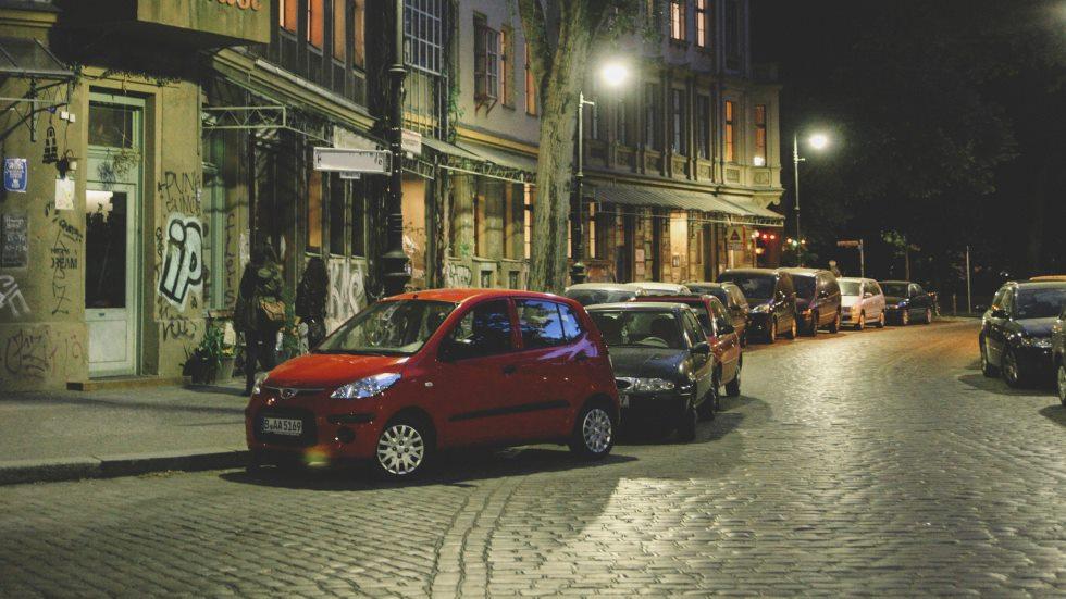Hasta 3.000 € de multa por estar de noche parado con el coche en marcha