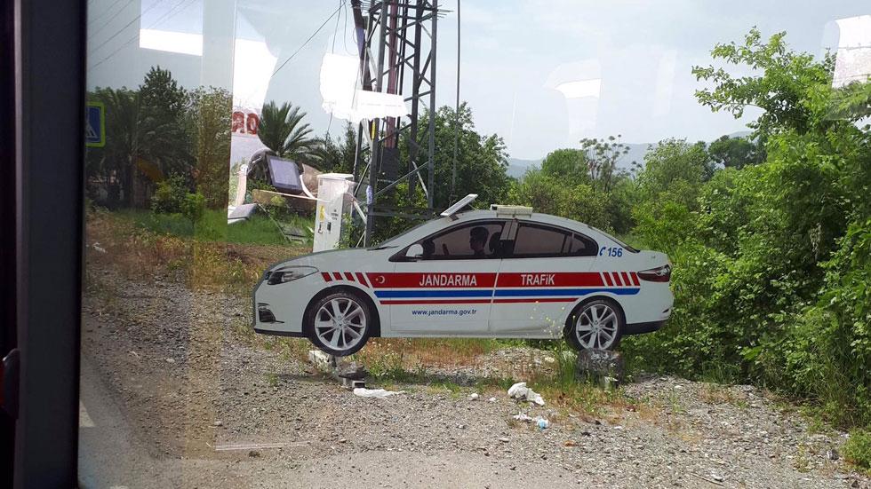 La última para controlar la velocidad: coches radar… de cartón