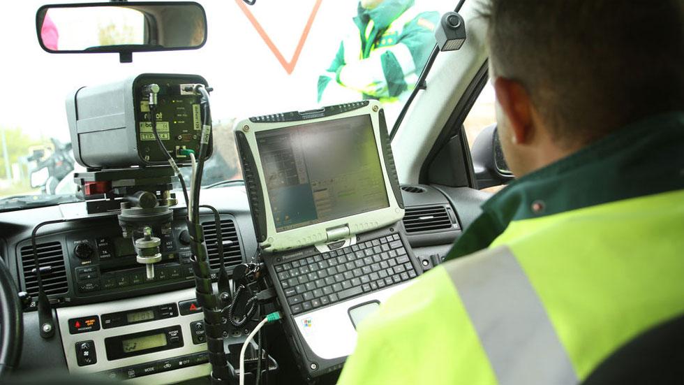 Radares en cascada, cajas vacías, líneas verdes… Los trucos de la DGT para multar y evitar que corras