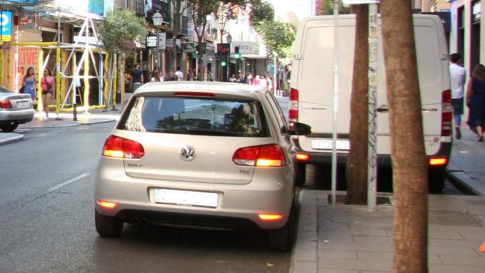 Así son las patrullas callejeras de vecinos que ponen multas a conductores infractores