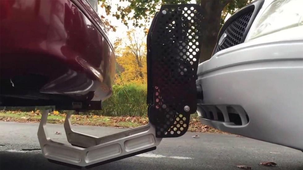 Así es el coche tenaza: lo último en inmovilización de vehículos (Vídeo)