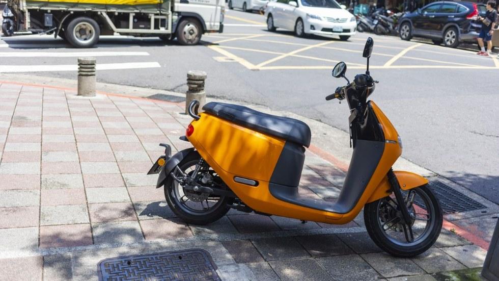 Restringido el aparcamiento en aceras y la circulación de motos en Valencia