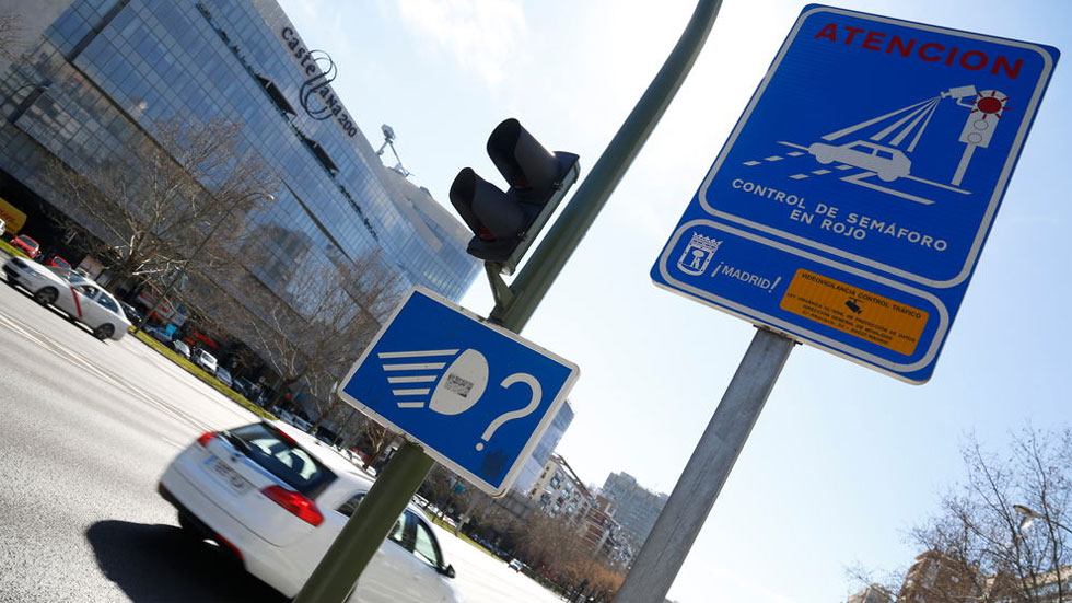 Un nuevo sistema en tu coche te anticipará si llegas a un semáforo en verde… y a qué velocidad lo harás
