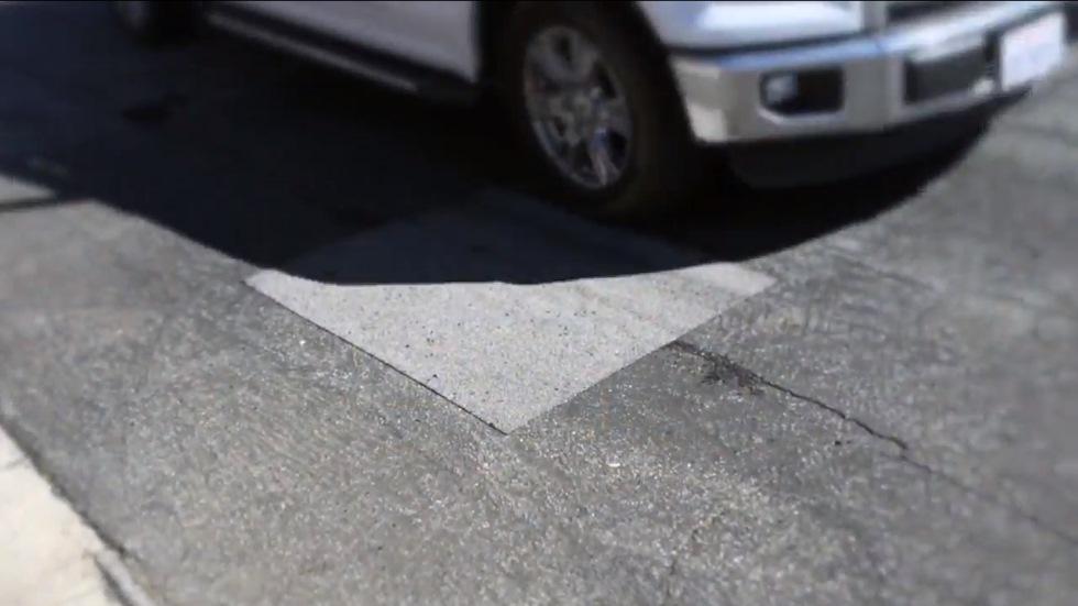 Parches adhesivos de asfalto: la solución rápida y barata contra las malas carreteras