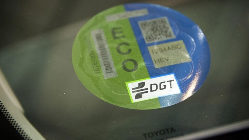 Las etiquetas de la DGT podrían dejar de ser obligatorias y motivo de multa