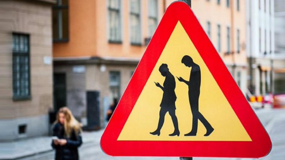 Multas a peatones que caminen distraídos por el móvil: ¿prohibido?