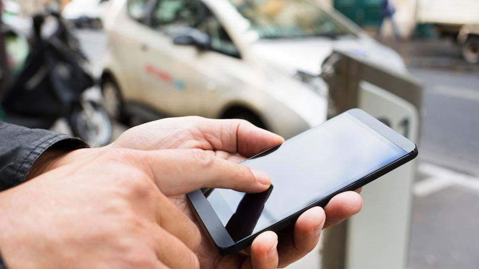 Las recargas de los coches eléctricos ya se pueden pagar en España vía móvil: te contamos cómo