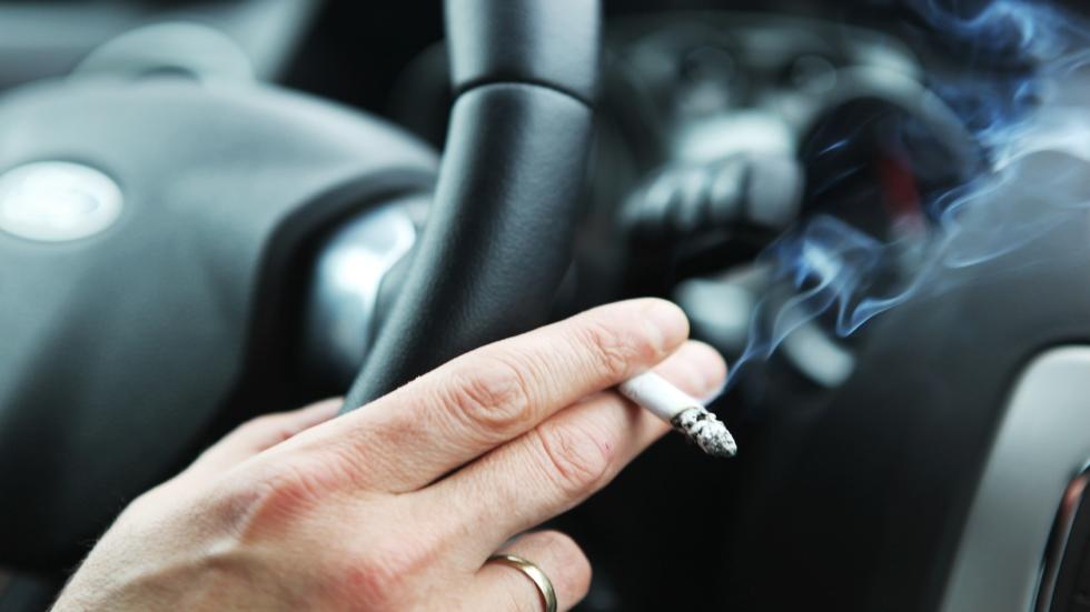 Ya hay fecha para prohibir fumar totalmente en el coche privado en España