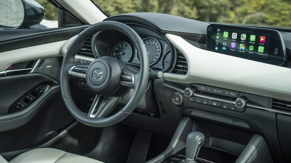 Mazda elimina las pantallas táctiles de sus coches, ¿por qué?