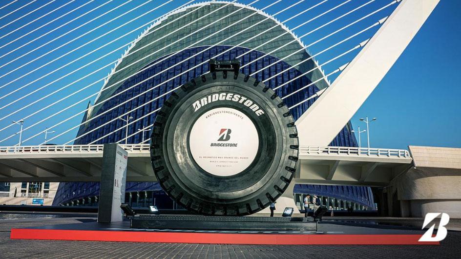 El neumático más grande del mundo, en Valencia: ¿cuánto pesa y para qué sirve?