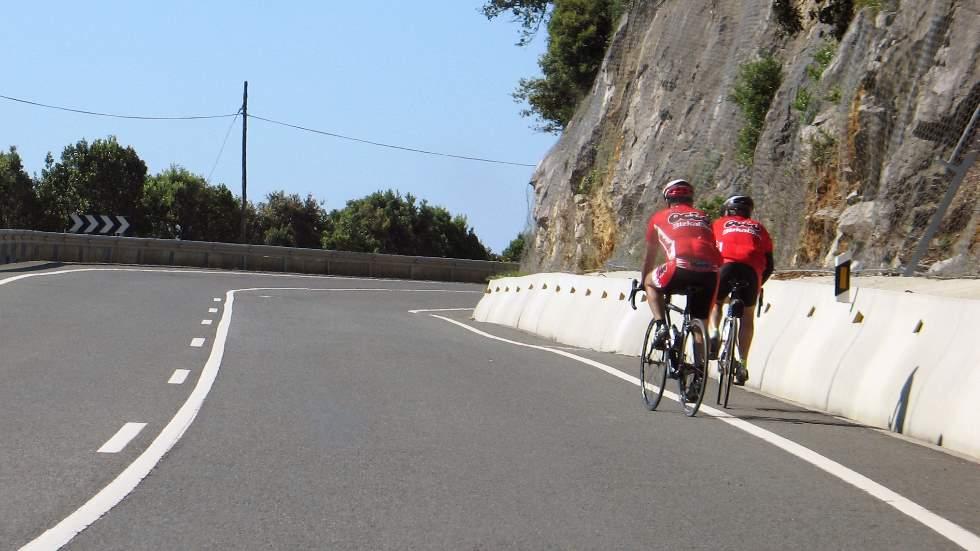 Si bebes, tampoco pedalees: la DGT intensifica el control de alcohol en ciclistas